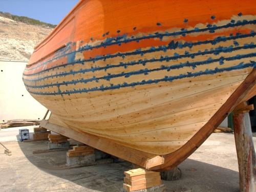 Cómo impermeabilizar el casco de una pequeña embarcación de madera