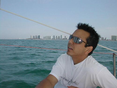 Importancia del uso de gafas de sol al navegar